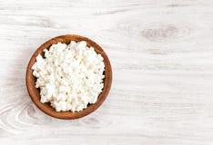 Домодельный творог, творог в шаре на белой деревенской предпосылке деревянного стола еда здоровая Стоковое фото RF