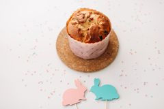 Домодельный торт пасхи с украшениями Предпосылка праздника пасхи, весенний сезон r r стоковое фото