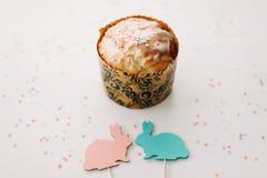 Домодельный торт пасхи с украшениями Предпосылка праздника пасхи, весенний сезон r r стоковые изображения