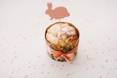 Домодельный торт пасхи с украшениями Предпосылка праздника пасхи, весенний сезон r r стоковые изображения rf