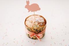 Домодельный торт пасхи с украшениями Предпосылка праздника пасхи, весенний сезон r r стоковое изображение rf