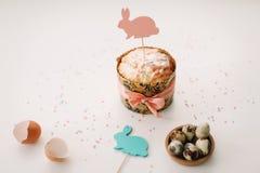 Домодельный торт пасхи с украшениями Предпосылка праздника пасхи, весенний сезон r r стоковое фото rf