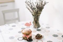 Домодельный торт пасхи с украшениями E Предпосылка праздника пасхи, весенний сезон r r стоковое фото rf