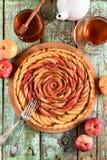 Домодельный торт розы яблока Изысканный десерт плодоовощ, который служат с appl Стоковые Фотографии RF
