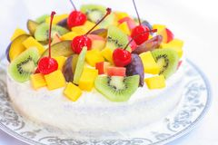 Домодельный торт с сливк и плодоовощ стоковое изображение