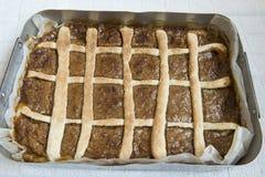 Домодельный торт яблока в лотке в печи Итальянская кухня стоковая фотография
