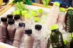 Домодельный фруктовый сок в пластиковой бутылке на льде стоковые изображения rf