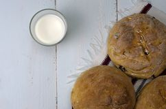 Домодельный хлеб с молоком Стоковая Фотография RF