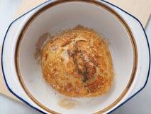 Домодельный хлеб с sprig тимиана в голландской печи Взгляд сверху стоковое фото