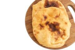 Домодельный хлеб Lepinja на разделочной доске стоковое изображение