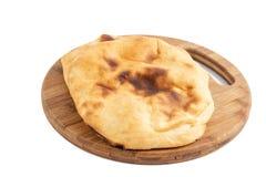 Домодельный хлеб Lepinja на разделочной доске стоковое фото rf