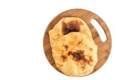 Домодельный хлеб Lepinja на разделочной доске стоковые фотографии rf