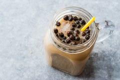 Домодельный чай пузыря молока с жемчугами тапиоки в опарнике каменщика стоковая фотография rf