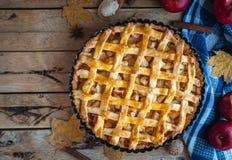 Домодельный яблочный пирог на деревянной предпосылке, взгляд сверху, космосе экземпляра стоковая фотография rf