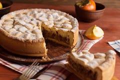 Домодельный яблочный пирог на деревянном столе стоковые изображения