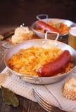 Домодельный braised sauerkraut с копчеными сосисками стоковая фотография rf