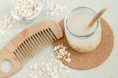 Домодельный cleanser волос овсяной каши и деревянный гребень волос Молоко или тонер овсяной каши DIY для естественных кожи и hair Стоковая Фотография RF