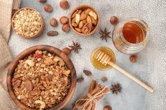 Домодельный granola в деревянном шаре с ингридиентами - овсе, гайках, ho Стоковые Фото
