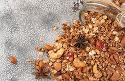 Домодельный granola в открытом стеклянном опарнике на светлой предпосылке Стоковые Изображения