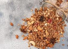 Домодельный granola в открытом стеклянном опарнике на светлой предпосылке Стоковое Изображение RF