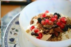 Домодельный granola гранатового дерева с йогуртом, здоровым завтраком в Израиле, 7 видах стоковое фото rf