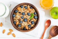 Домодельный granola с гайками и ягодами в деревянном шаре стоковое изображение rf