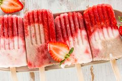 Домодельный Popsicle клубники Vegan от сока и Coc клубники Стоковое фото RF
