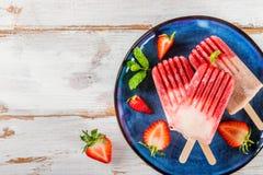 Домодельный Popsicle клубники Vegan Стоковое Фото