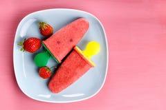 Домодельный popsicle плода клубники стоковые изображения rf