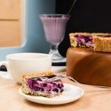 Домодельный yummy открытый пирог голубики с smoothie голубики Стоковые Изображения RF