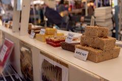 Домодельный yummy смотря fudge для продажи на рынке фермеров, переднем плане быть гайкой клена стоковое изображение rf
