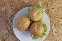 3 домодельных бургера на белой плите Взгляд сверху Стоковая Фотография RF