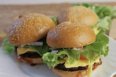 3 домодельных бургера на белой плите Взгляд со стороны Стоковые Фото