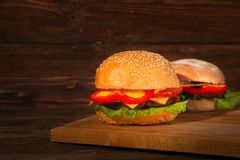 2 домодельных бургера на деревянной предпосылке Стоковые Изображения RF