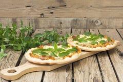 2 домодельных пиццы с вкусом свежей мяты Стоковые Изображения RF