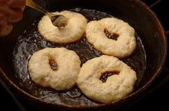 4 домодельных donuts в лотке стоковая фотография rf