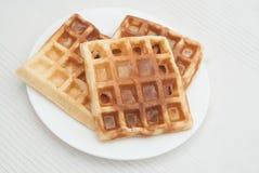 3 домодельных Waffles на белой плите изолированной на белой предпосылке Еда завтрака Стоковое фото RF
