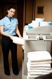 Домоустройство в обязанности вытягивая вне полотенце ванны Стоковые Изображения RF