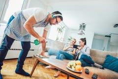 Домоустройство супруга и концепция чистки Стоковые Фото