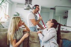 Домоустройство супруга и концепция чистки Стоковая Фотография