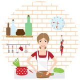 Домохозяйка варит на уютной кухне стоковое фото rf