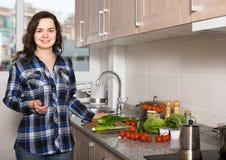 Домохозяйка варя овощи на отечественной кухне Стоковые Изображения RF