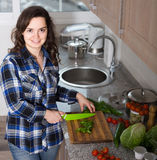 Домохозяйка варя овощи на отечественной кухне Стоковое фото RF