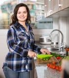Домохозяйка варя овощи на отечественной кухне Стоковое Изображение
