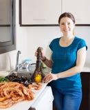 Домохозяйка варя продукт моря в доме Стоковая Фотография RF