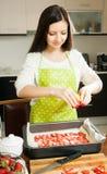 Домохозяйка варя сладостный торт стоковая фотография