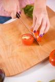 Домохозяйка в кухне Стоковые Изображения RF