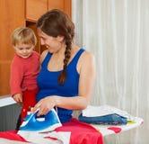 Домохозяйка в утюге одежд комнаты утюжа Стоковое фото RF