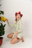 Домохозяйка в curlers волос трясет пыль стоковые фотографии rf