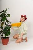 Домохозяйка в curlers волос трясет пыль стоковое фото